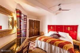 Authentieke 2-persoons slaapkamer met Moorse details en en-suite badkamer. Toegang vanaf de patio.