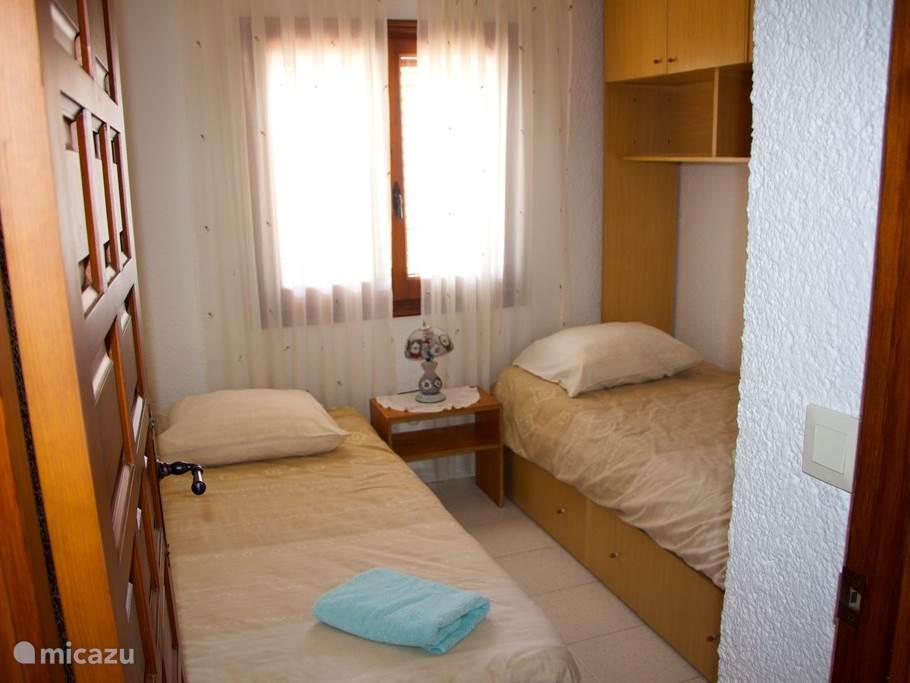 Slaapkamer met twee één persoons bed, 1ste etage