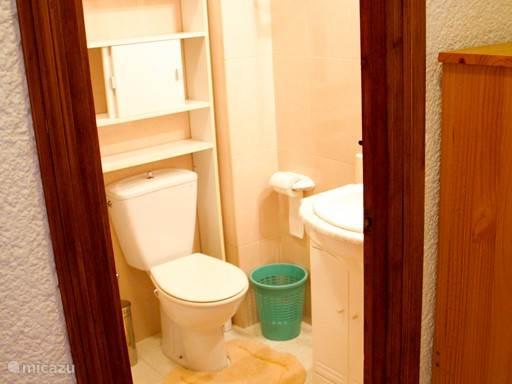Badkamer met douche / ligbad