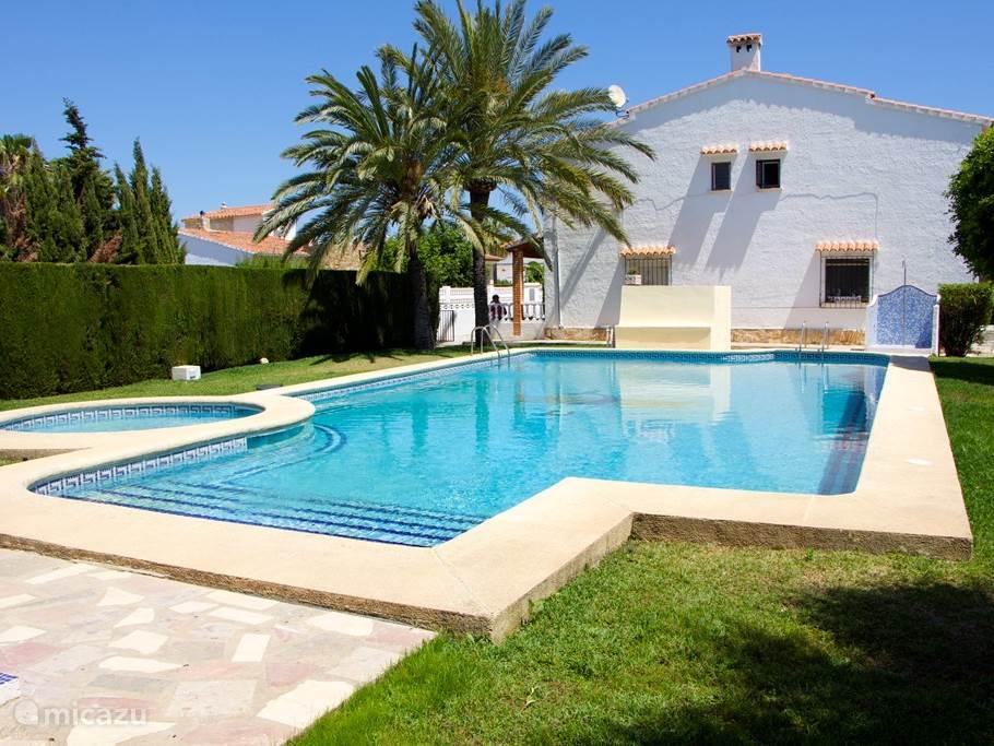 Gemeenschappelijk zwembad met tuin