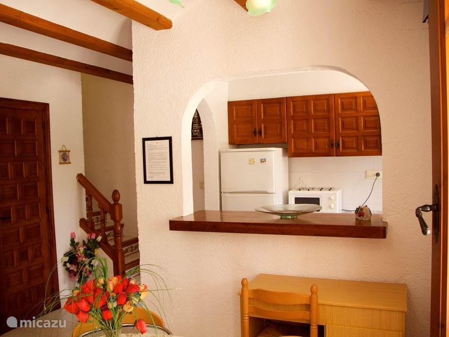 Huiskamer met half open keuken