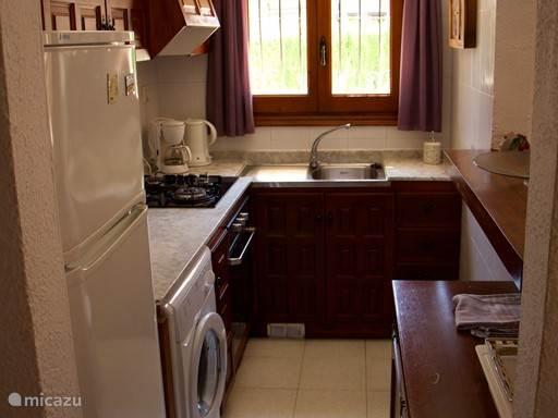 Keuken incl wasmachine, oven + gasstel en magnetron