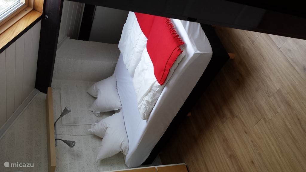 Grote slaapkamer voorzien van 140x200 boxspringbed