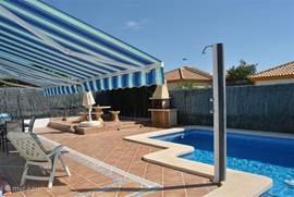 Zwembad  De woning beschikt over een privé-zwembad van 8x4 meter met Romeinse trap