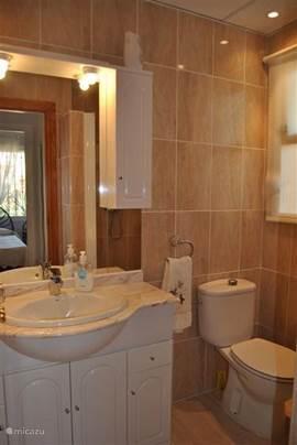 Badkamer  De luxe badkamer is voorzien van:  douche  wastafel  toilet