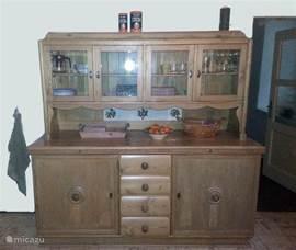De antieke keukenkast.