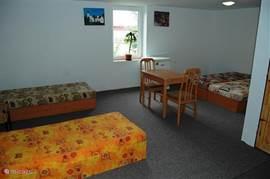 Slaapkamer 3 gastenverblijf met vier eenpersoons bedden.