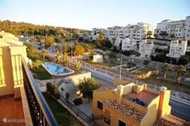 Uitzicht vanaf dakterras naar gezamenlijk zwembad.