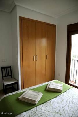 Beide slaapkamers zijn uitgerust met airconditioning, een inbouwkast met kledinghangers en rolluiken.