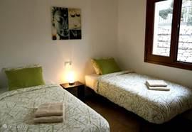 Beide slaapkamers zijn uitgerust met airconditioning, een inbouwkast met kledinghangers en rolluiken.  De tweede slaapkamer is voorzien van twee losse één persoonbedden.