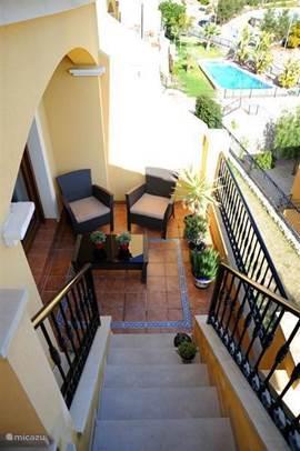 Aan de woonkamer grenst het balkon dat momenteel voorzien is van een tafel en vier stoelen. Heerlijk om buiten aan te eten.