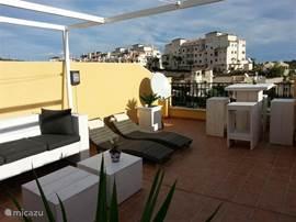 Op het terras kunt u lekker loungen en van de spaanse zon genieten. Het terras is uitgerust met een volledig loungehoek, statafel en krukken en twee heerlijke ligstoelen.