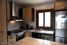 De luxe ingerichte keuken is van alle gemakken voorzien en bevat o.a. een oven, magnetron, keramische kookplaat, ruime koel- en vrieskast, een vaatwasmachine, een wasmachine, waterkoker, Senseo en broodrooster.