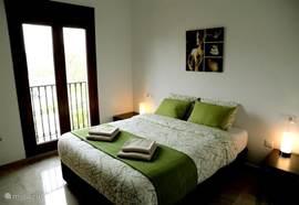 De master bedroom is voorzien van een tweepersoons bed en badkamer en suite.