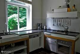 Keuken voorzien van diversen apparatuur