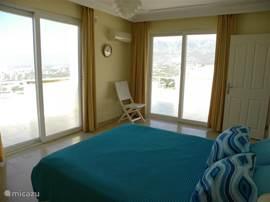 grote slaapkamer met zeezicht en rechtstreekse toegang naar twee terassen