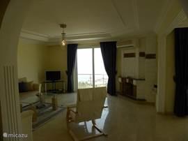 ruime woonkamer met prachtig zeezicht en openhaard en airco