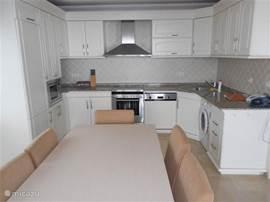 ruime keuken met siemens toestellen en alle luxe, wasmachine, afwasmachine enz.