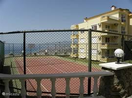 tennis en basket aan de andere zijde van het gebouw