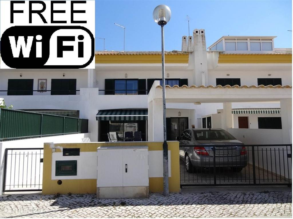 U heeft alledrie de verdiepingen tot uw beschikking én het dakterras én het balkon én het terras met carport. En er is gratis WiFi!