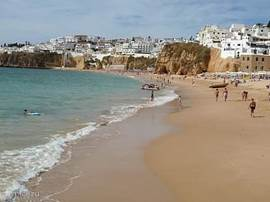 Het strand van Albufeira en de gezellige binnenstad zijn op korte afstand