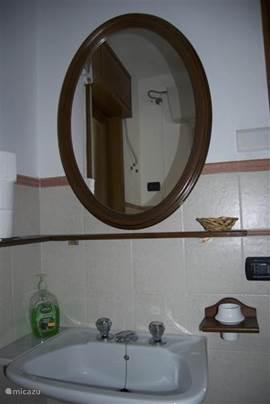 Badkamer. Eenvoudig maar schoon en praktisch.