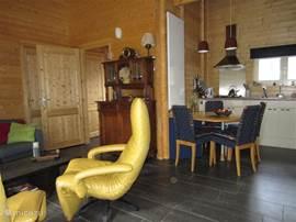 woonkamer met eethoek en open keuken