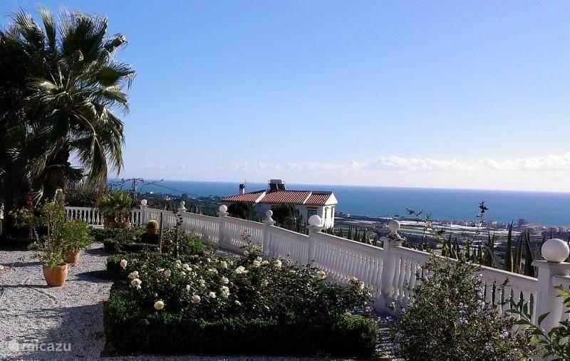 Vanaf het terras zijwaarts van de Casita heeft u een prachtig uitzicht op de zee en Algarrobo Costa.