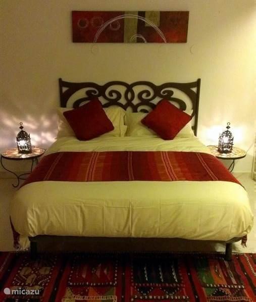 De woon/slaapkamer, sfeervol ingericht met een knipoog naar de Oriënt.