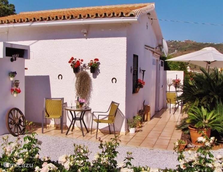Casita Balcón de Andaluz staat op een landgoed van 6000M2. Op het landgoed staat ook ons woonhuis. Dus wanneer u vragen heeft, zijn we altijd in de buurt. Dat is wel zo makkelijk. Uiteraard zullen wij uw privacy echter volledig respecteren.