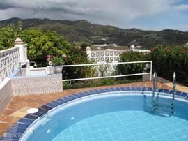 Het privé zwembad met een doorsnede van 4 meter. Heerlijk om af te koelen en daarna te zonnen op 1 van de loungers.
