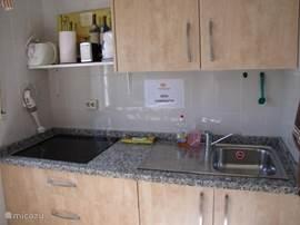 De nieuwe keuken met nieuwe apparatuur als keramische kookplaten/magnetron/oven/broodrooster/ koel vriescombinatie/ waterkoker/Senseo of Nespresso etc.