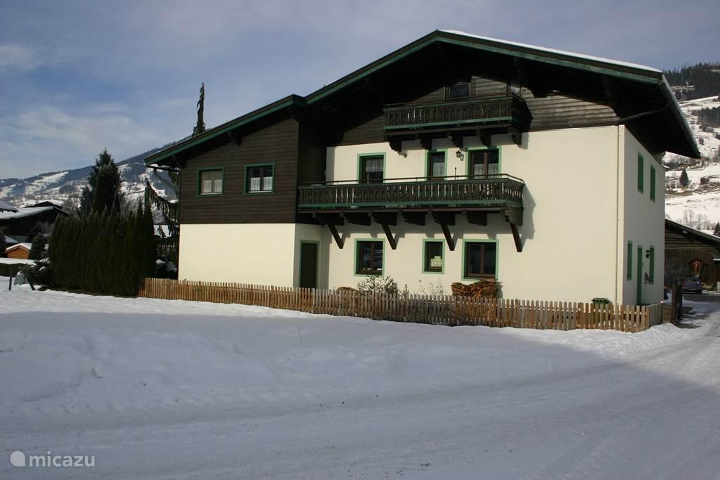 Ons huis in de winter. Zodra de zon schijnt kun je heerlijk op het balkon zitten,