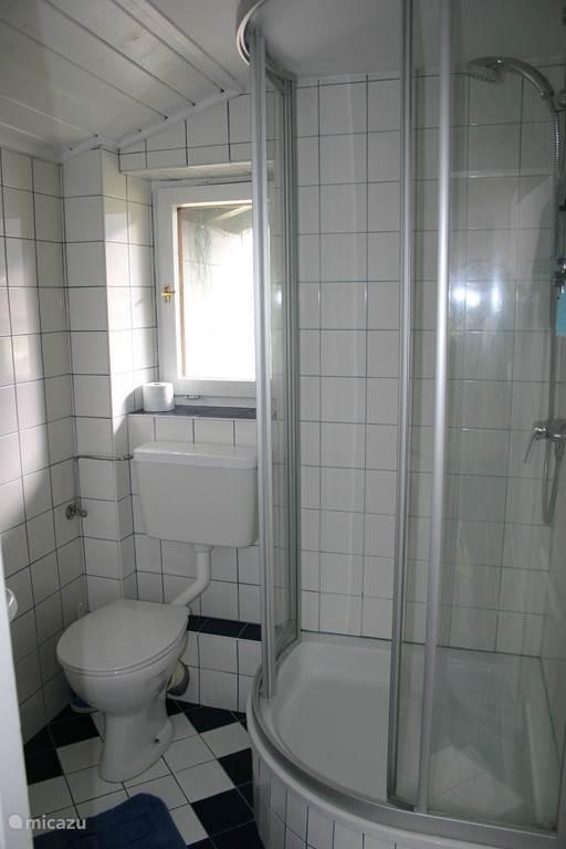 Tweede badkamer met douche, toilet en wastafel op de slaapverdieping.