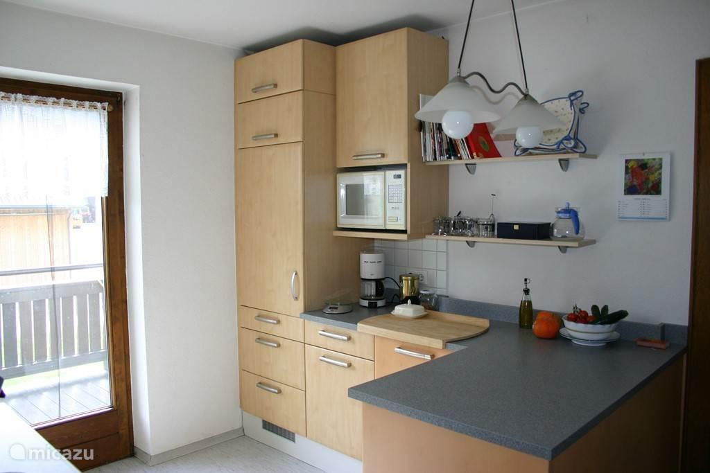 In de keuken is een grote koelkast, een aparte vrieskast met drie laden, een kookplaat met vier zones, een elektrische oven en een vaatwasser. Verder veel kookgerei en servies om uitgebreid te kunnen kokkerellen