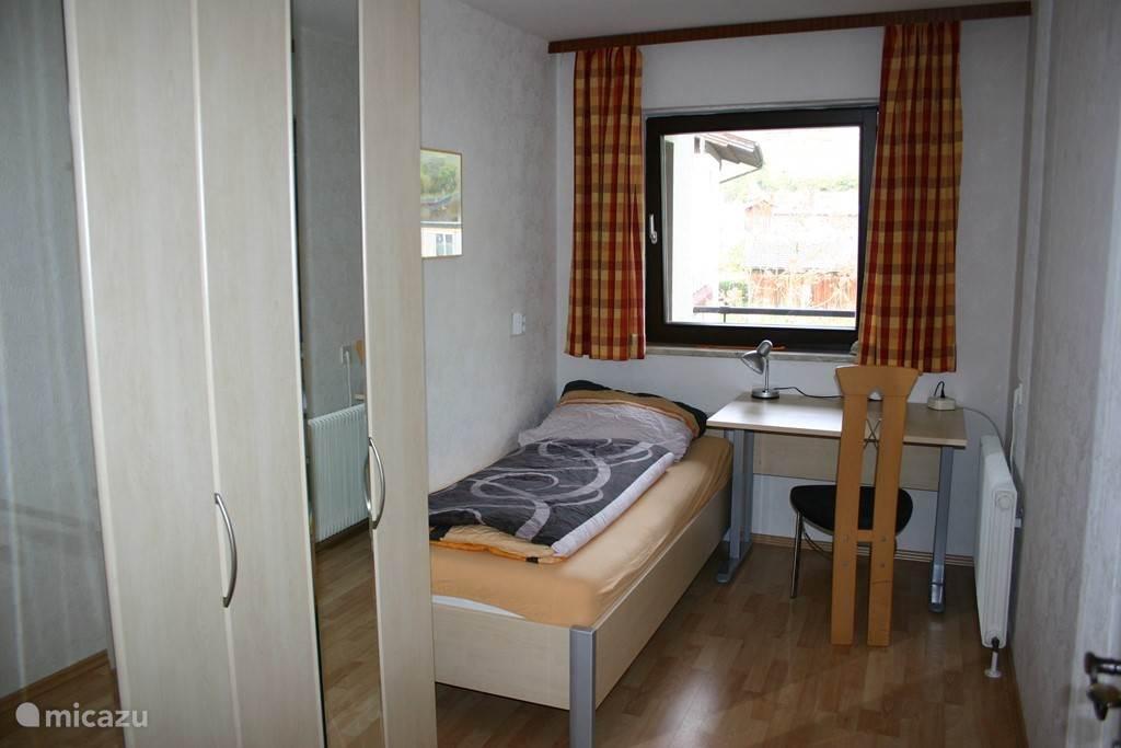 Ruime éénpersoons-slaapkamer met extra veel kastruimte.