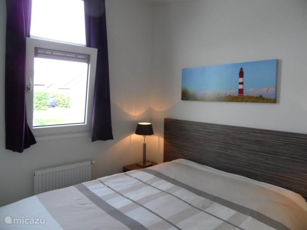 In de grote slaapkamer kunt u voldoende ventileren door het draai kiepraam