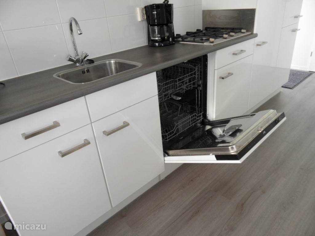 Deze moderne strakke keuken is erg plezierig om aan te werken. Niet te vergeten onze grote vriend de vaatwasser levert ook een belangrijke bijdrage aan ons verblijf.