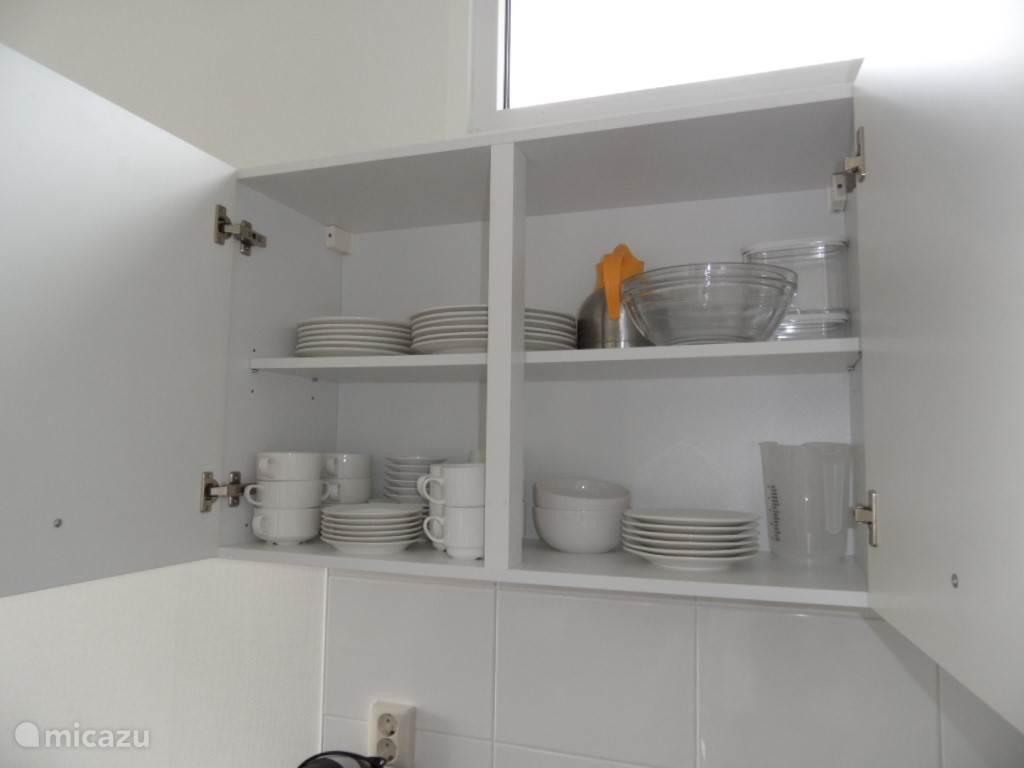 Ook treft u in de keuken voldoende serviesgoed aan.