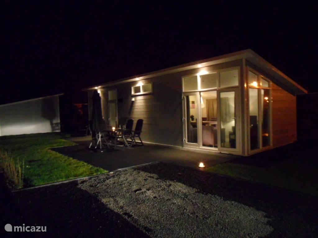 De buitenzijde van de Rialto is voorzien van buitenverlichting in het dak. Zo kun je 's avonds romantisch buiten vertoeven.