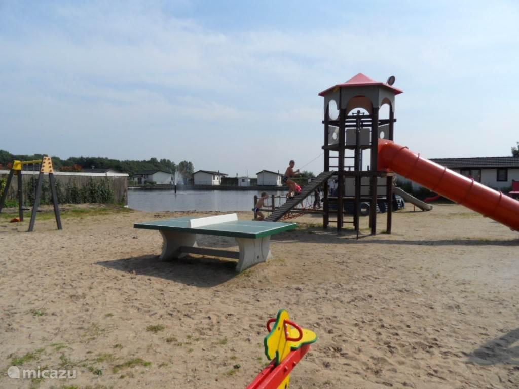 Laat de kinderen lekker spelen op het strand bij het strandbad.