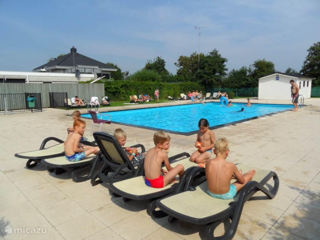 Lekker luieren bij het zwembad. Het is een verwarmd buitenzwembad met kinderbad.