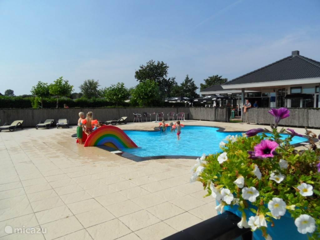 Op het park is een zwembad met ligstoelen aanwezig. Vlak daarbij restaurant Kosteluk.
