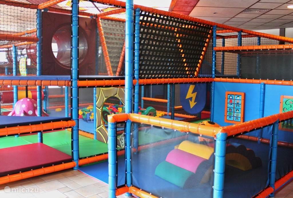 Als het weer wat minder is kunnen de kinderen zich prima vermaken in het Piraten Paradijs de indoor speeltuin.