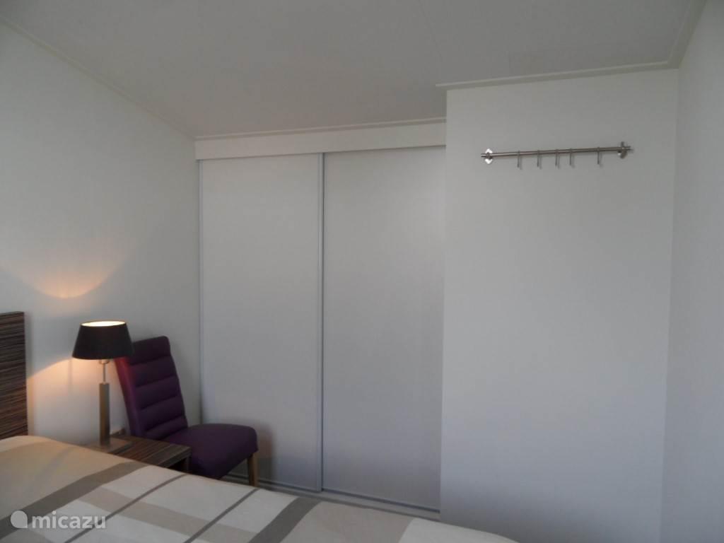 In de grote slaapkamer is een ruime hang legkast aanwezig zodat u voldoende spullen kwijt kunt.