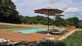 Het zwembad ligt midden een speelweide van meer dan 5000m2, panoramisch uitzicht