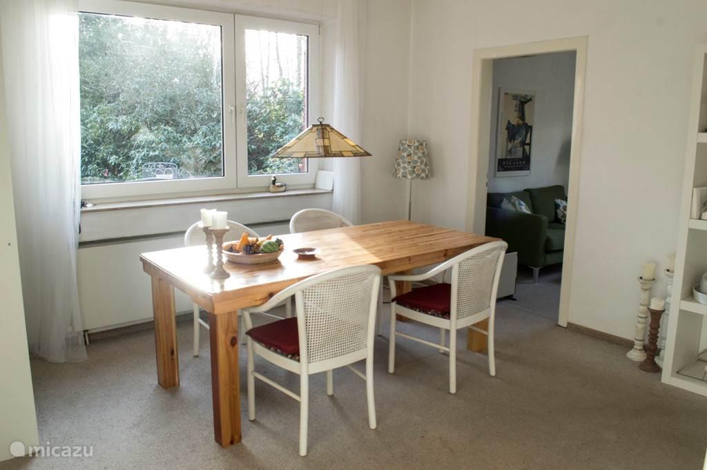 De gezellige eetkamer is verbonden met de woonkamer,televisiekamer en keuken.