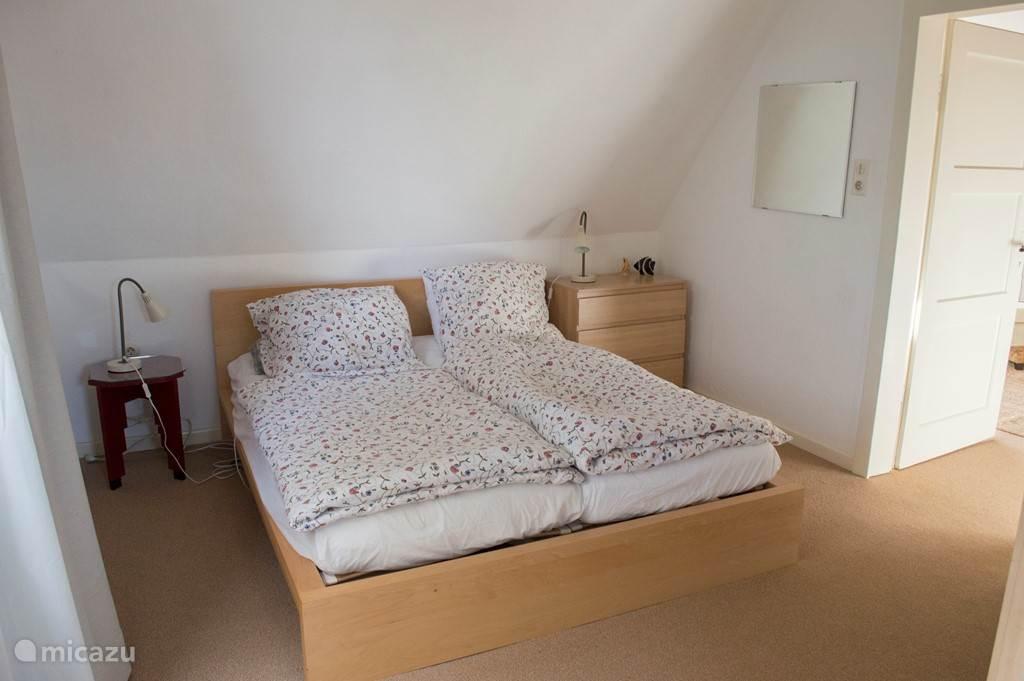 Slaapkamer boven met badkamer en toilet