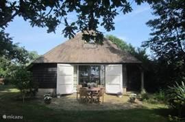 Dwarsgracht 39 is een vrijstaande en uniek gelegen vakantieboerderij.  Het huis is omgeven door water en staat midden in het nationaal park de Weerribben-Wieden!