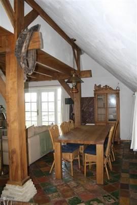 In de woonkamer staan tussen de keuken en het zitgedeelte rondom de (electrische) haard de eettafel met zes stoelen en een buffetkast. Vanuit de ramen kijkt u zo de natuur in en kunt u de volgens horen fluiten.